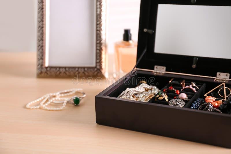 Biżuteria i pudełko zdjęcia royalty free