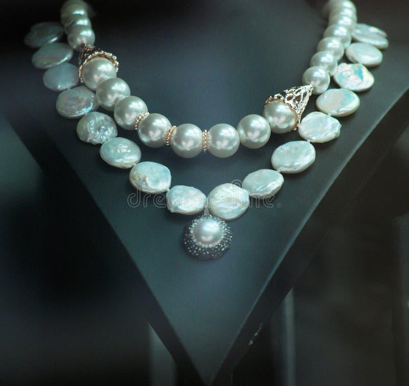 Biżuteria koraliki w sklepu okno zdjęcie royalty free