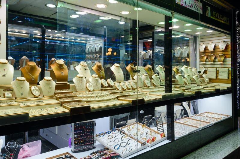 Biżuteria w sklepowym okno w popularnym zakupy i rozrywki kompleksie Soho kwadrat, sharm el sheikh, Egipt obraz stock