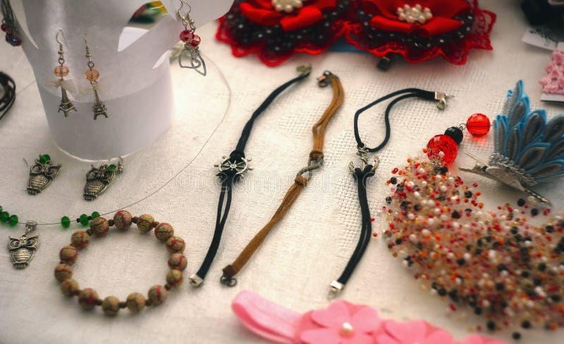 Biżuteria w tle jedwab Projekt i bijouterie obraz royalty free