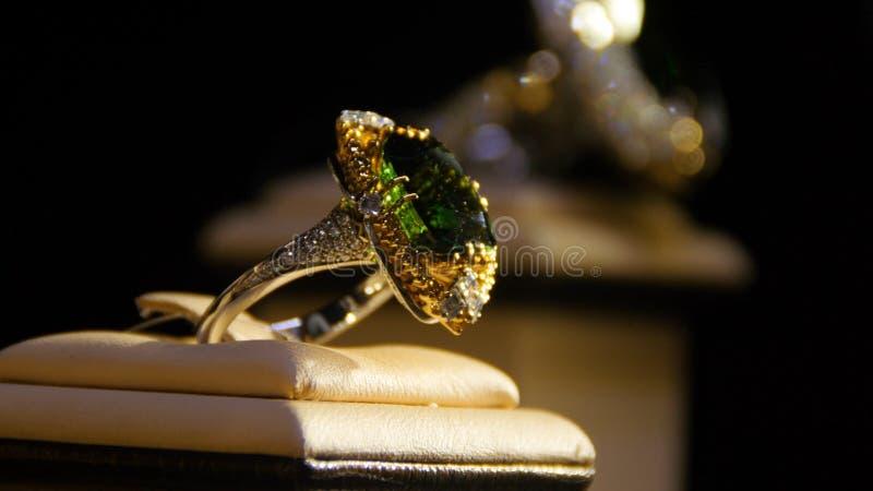 Biżuteria z szmaragdami i diamentem gemstones Złocisty pierścionek z szmaragdem zdjęcia stock