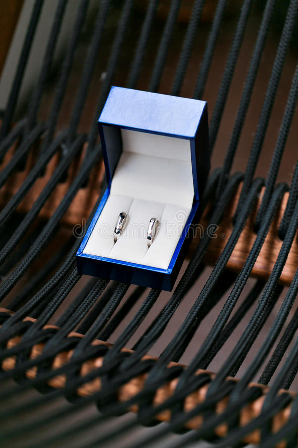 Biżuterii błękitny pudełko otwarty Mały miniaturowy rocznik dla utrzymywać biżuterię tak jak kolia, pierścionki lub kolczyki, fotografia royalty free