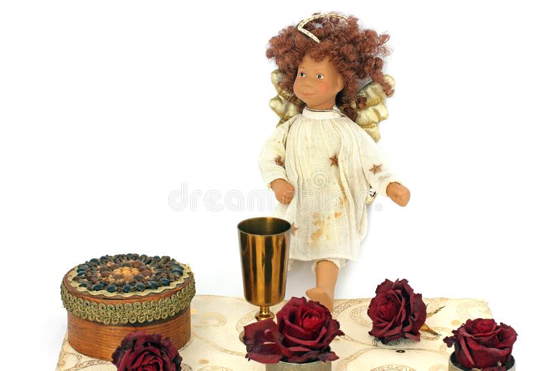 Biżuterii pudełka, róże, złoty puchar i anioł na białym tle, obrazy royalty free