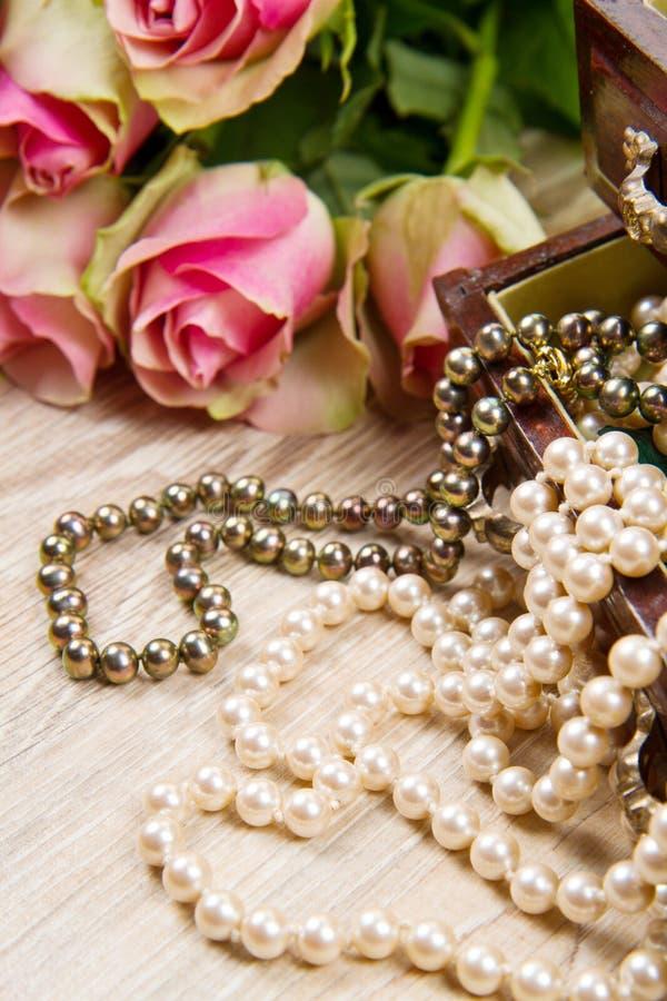 Biżuterii pudełko z biżuterią z różowymi różami obraz royalty free