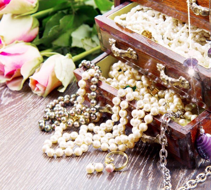 Biżuterii pudełko z biżuterią z różowymi różami obrazy royalty free