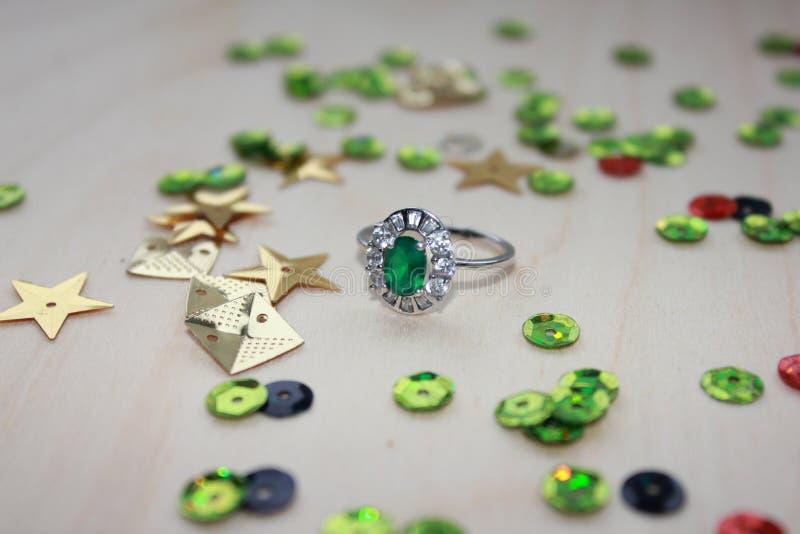 Biżuteryjny szmaragdu pierścionek fotografia royalty free