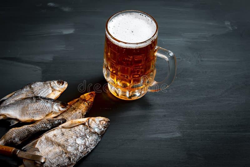 Bi?re et poissons secs Casse-cro?te russe Vue sup?rieure photographie stock