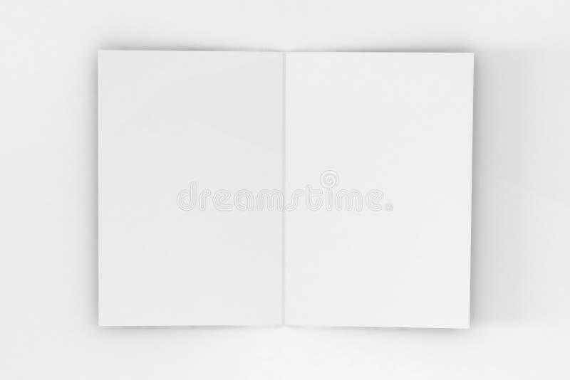 Bi-veck A5 broschyr/broschyrmodell på isolerad vit bakgrund arkivbild