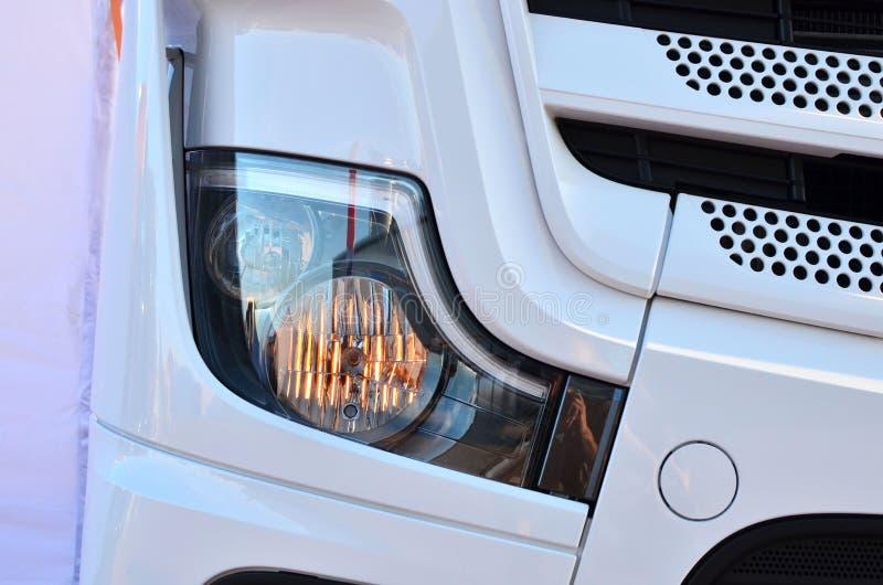 Bi-Xenon och halogenpannlampa av en modern lastbil royaltyfri fotografi