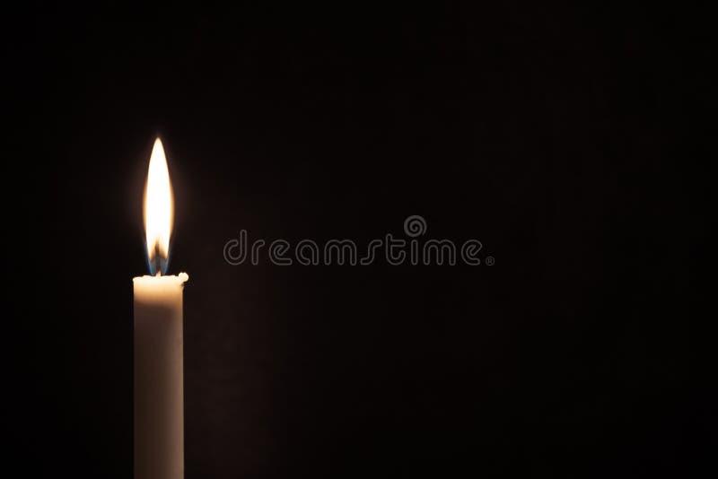 Biała płonąca świeczka na czarnym tle Opłakiwać, pali świeczkę fotografia royalty free