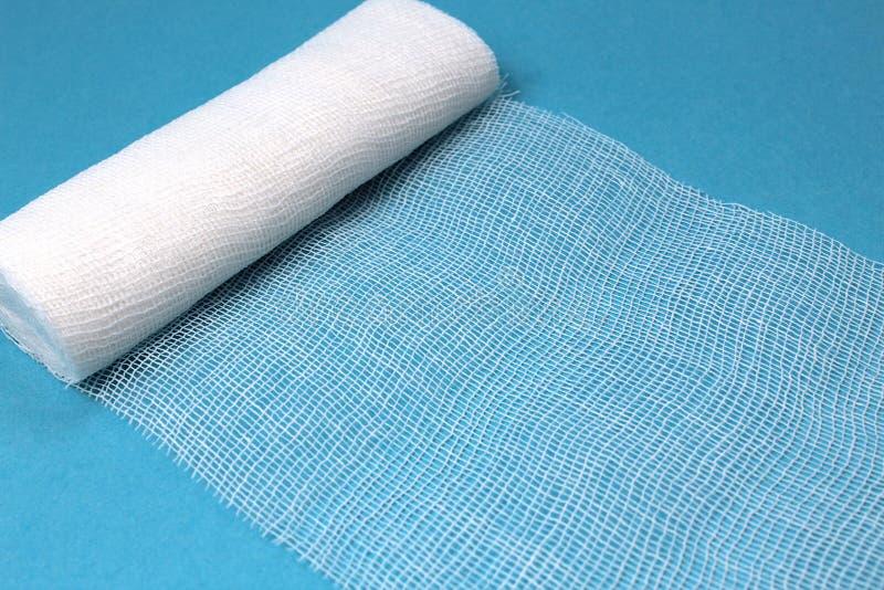 Biały bezpłodny medyczny bandaż na błękitnym tle zdjęcia royalty free