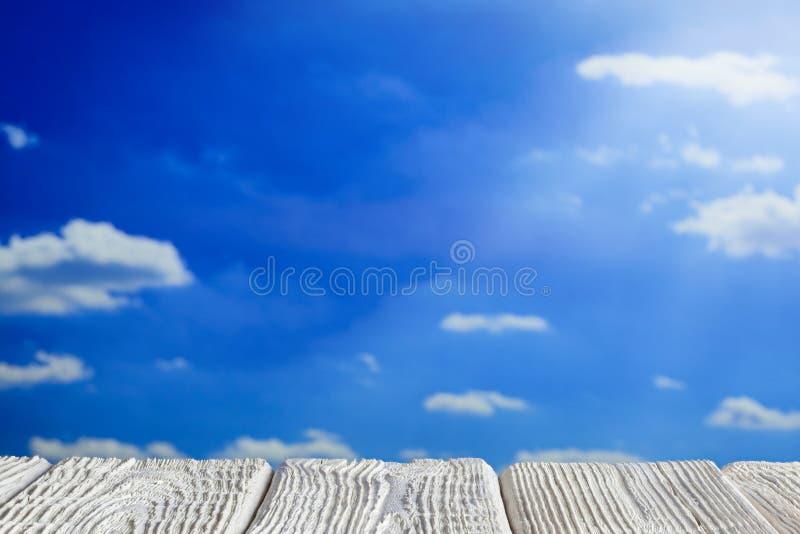 Biały drewniany stół z pustą przestrzenią na nieba tle royalty ilustracja