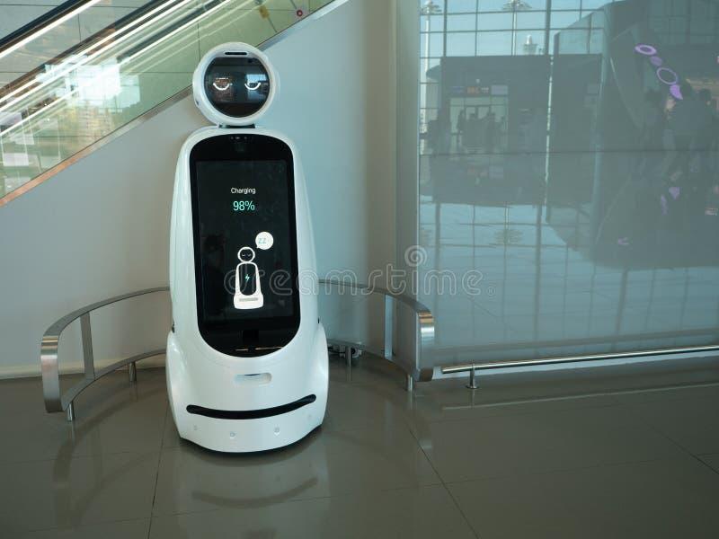 Biały i Czarny robot w Incheon lotnisku międzynarodowym w korei południowej obrazy stock