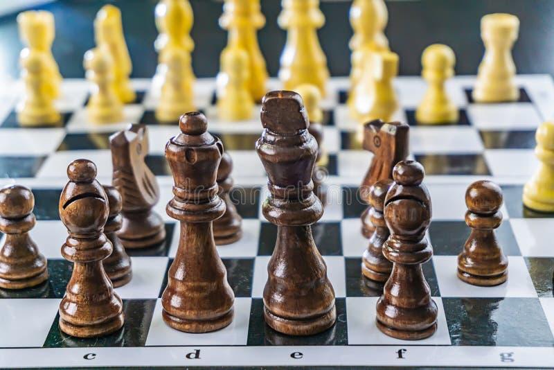 Biały i czarny szachy na desce obrazy stock