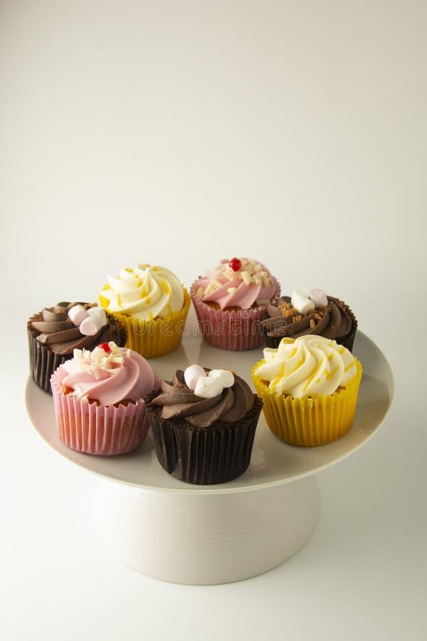 biały kolorowe tło babeczki Menchie, kolor żółty i czekolad babeczki, karmowy cząber Słodki deseru lub śniadania przyjęcie, obraz royalty free
