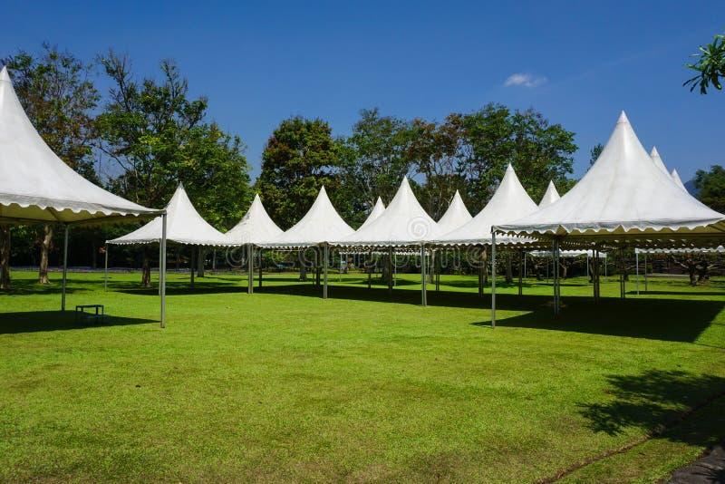 Biały namiot w linii w ogrodowym parku dla uprawiać ogródek przyjęcia - fotografia Indonesia Bogor fotografia stock