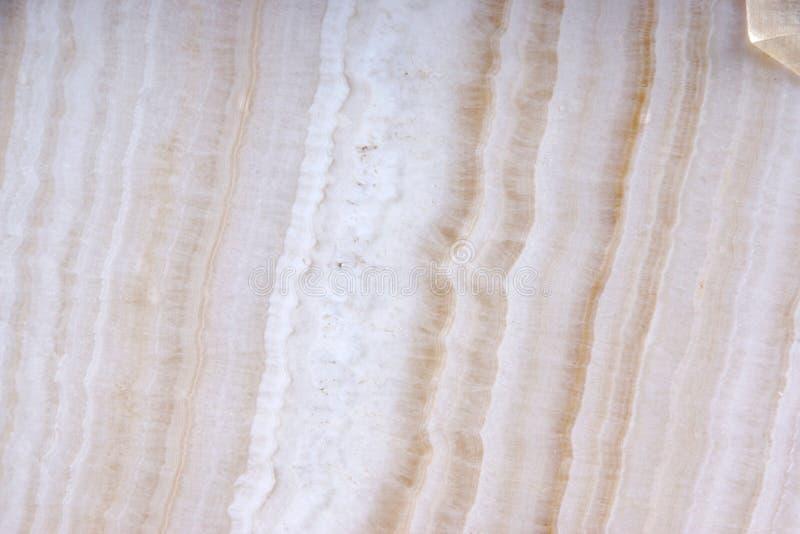 Biały naturalny kamień z brązem paskuje nazwanego Onyks zdjęcia stock