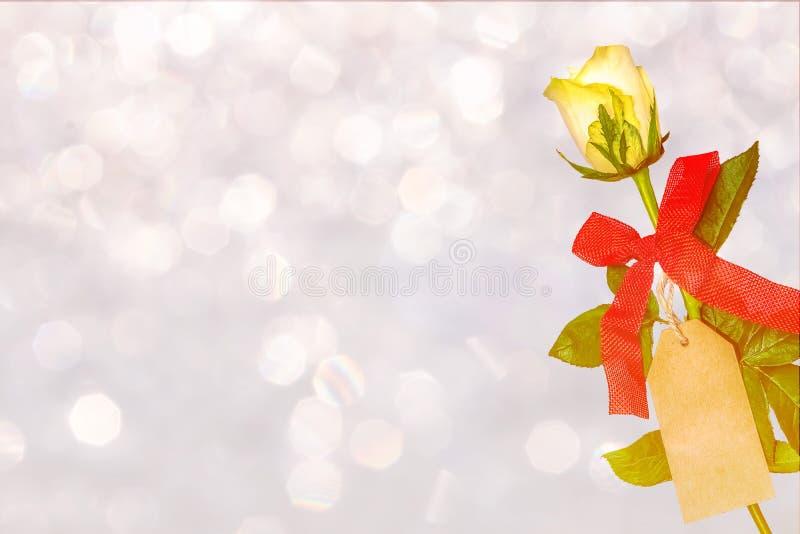 Biały róża kwiat z etykietką i czerwonym łękiem zdjęcia royalty free