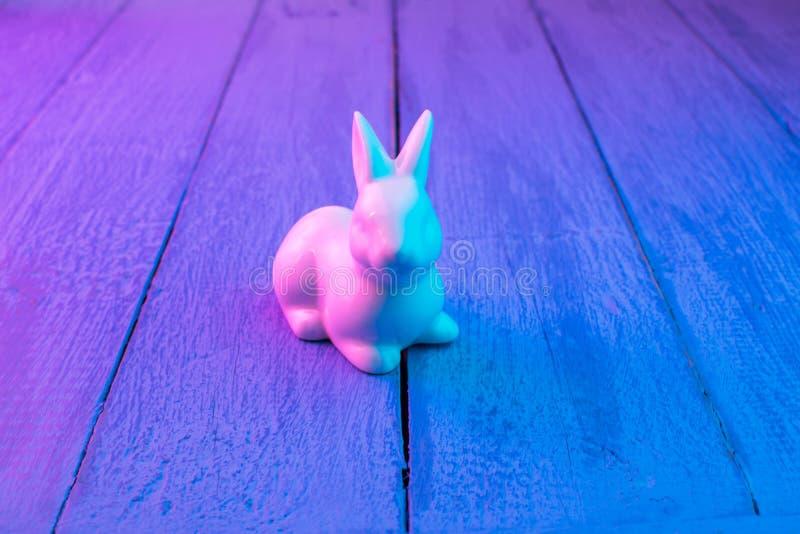 Biały Wielkanocny królik na błękitnym drewnianym tle obraz stock