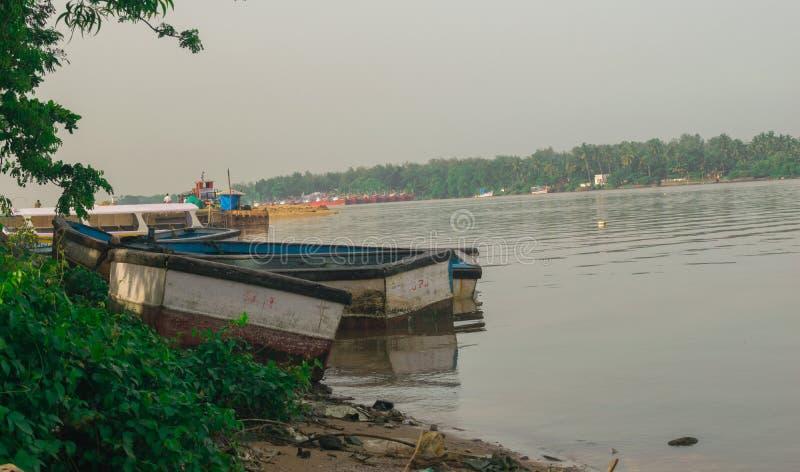 Biała łódź w Mangalore obraz stock