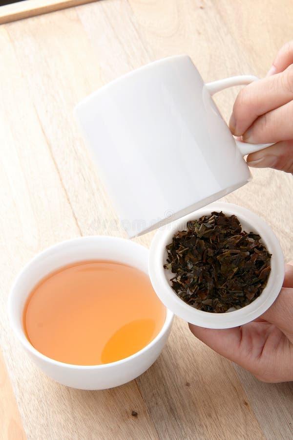 Biała łamająca herbata z herbacianą polewką zdjęcie stock