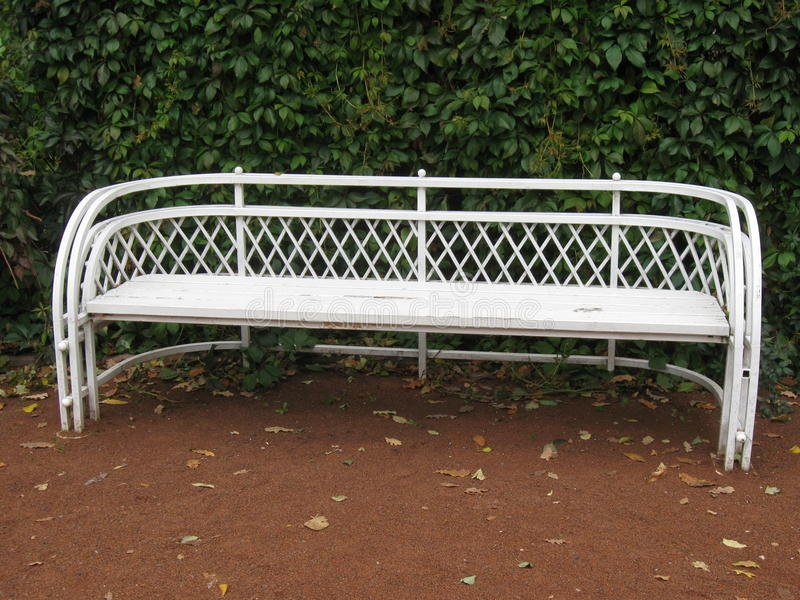 Biała ławka w jesień parku obraz stock
