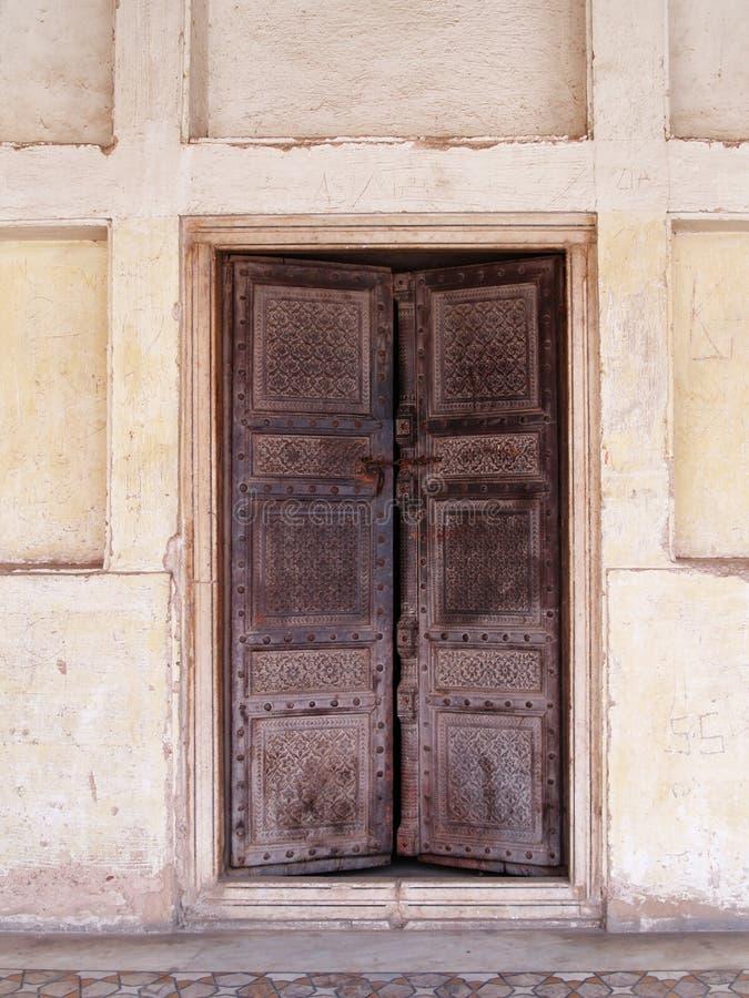 biała ściana stare drzwi drewniane zdjęcie royalty free