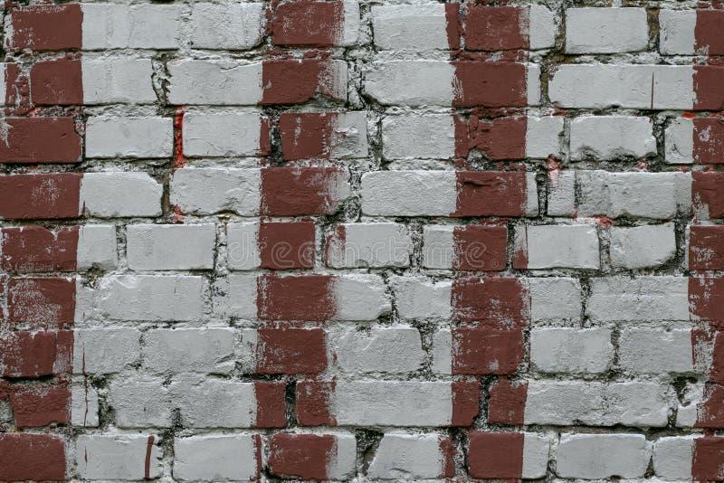 Biała ściana z cegieł z lampasami czerwona farba Stara ściana z cegieł z malującą czerwienią Cegły tło, wzór, tekstura Grunge kam fotografia royalty free
