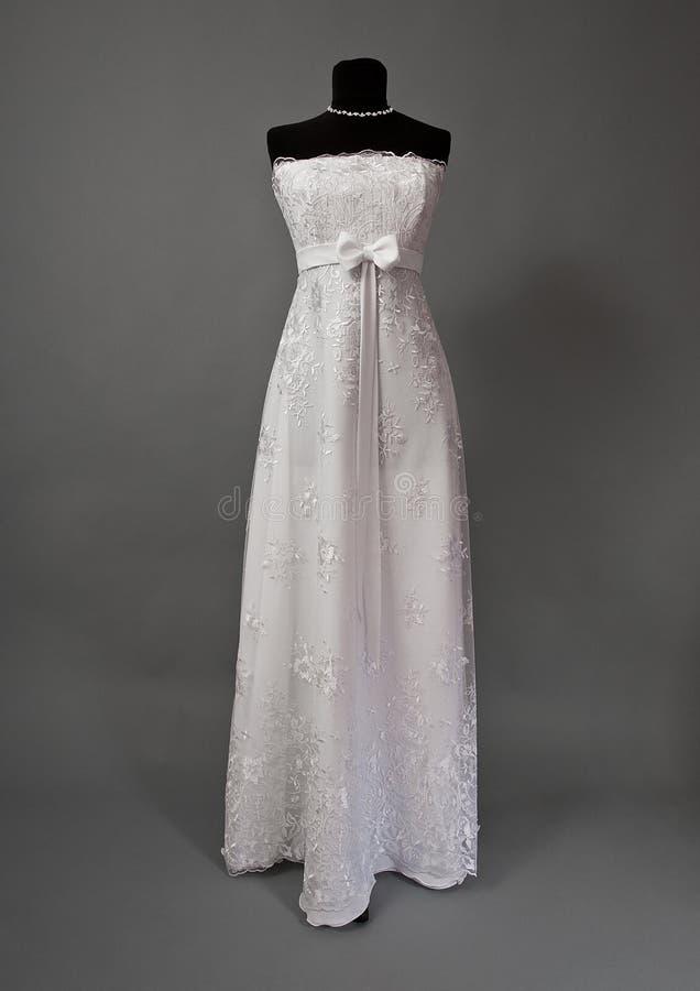 Biała ślubna suknia na mannequin obraz stock