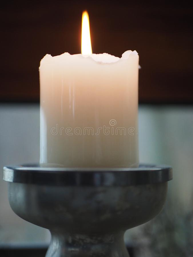 Biała świeczka z pożarniczym płomieniem fotografia royalty free
