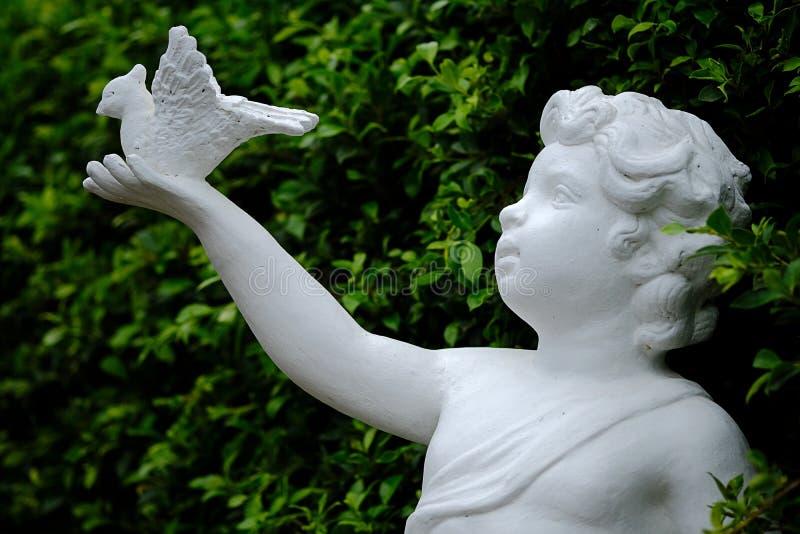 Biała amorek statua z ptakiem obraz stock