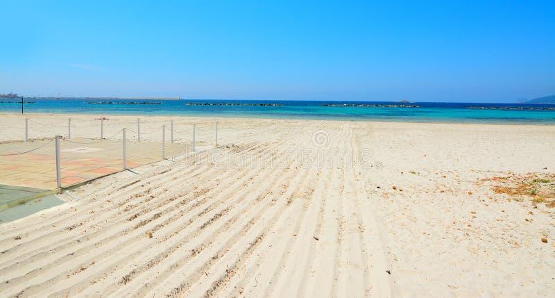 Biała błękitne wody w Alghero dennym brzeg i piasek obrazy stock