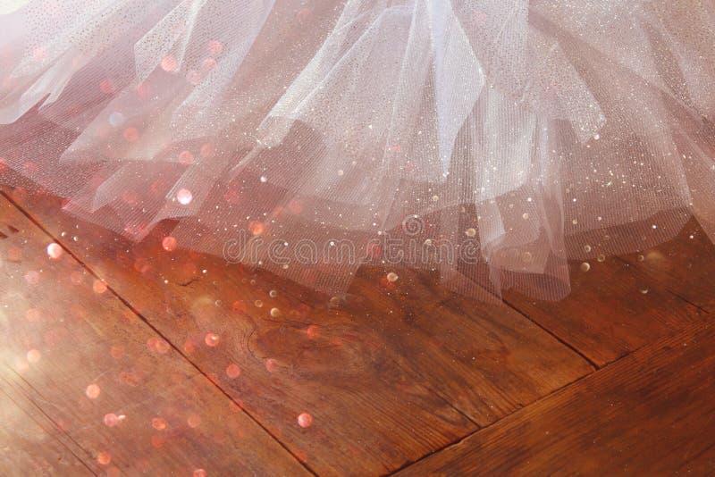 Biała baletnicza spódniczka baletnicy na drewnianej podłoga zdjęcia stock