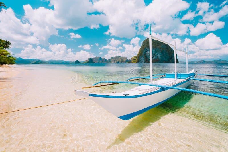 Biała banca wyspy chmielenia łódź przy Lasów cabanas wyrzucać na brzeg z zadziwiać Pinagbuyutan wyspę w tle Pi?kny krajobraz fotografia royalty free