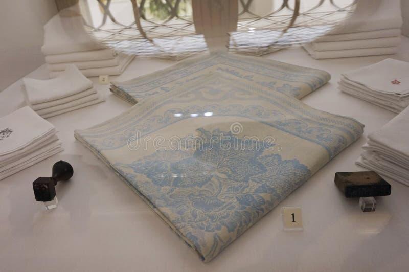 Biała bawełna z błękitną pieluchą w Cesarskiej Srebnej kolekcji w Hofburg zdjęcie royalty free