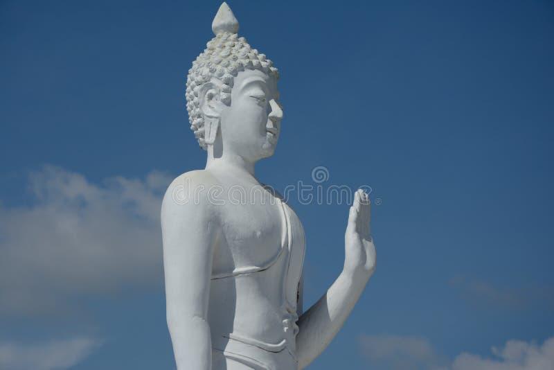 Biała Buddha statuy dźwignięcia ręka obrazy royalty free