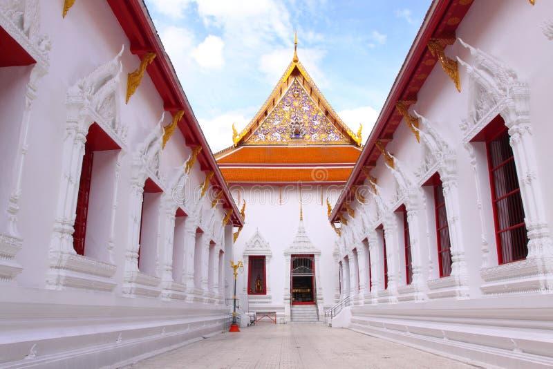 Biała buddishm świątynia które niebieskiego nieba tło obraz royalty free