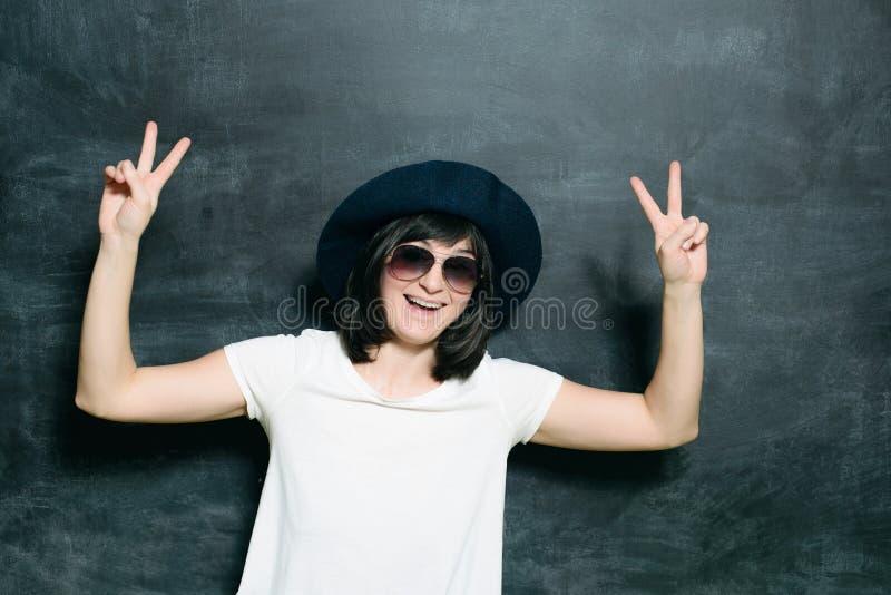 Biała caucasian kobieta na grunge czerni tle obrazy stock