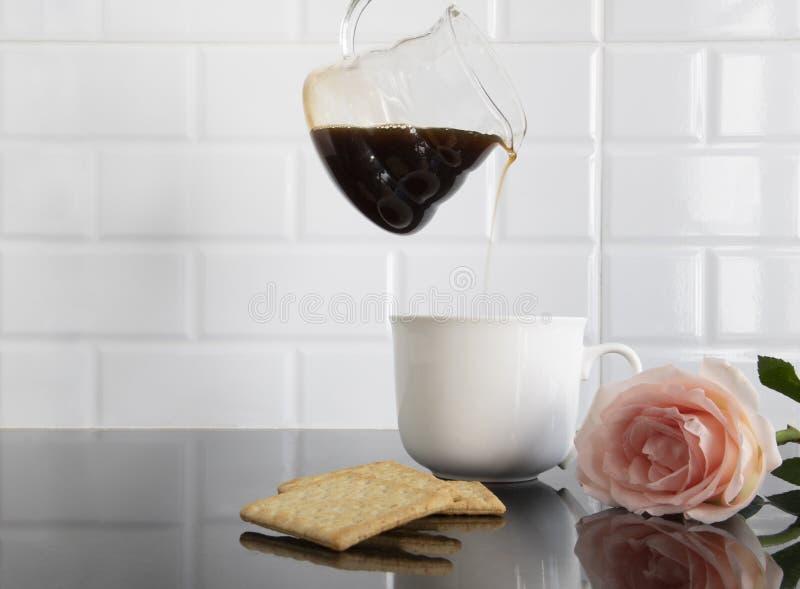 Biała ceramiczna filiżanka z kawałkami ciastko i jeden brzoskwinia koloru róża obraz stock