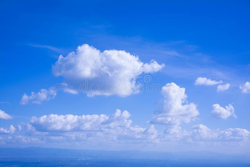 Biała chmura na niebieskim niebie w jaskrawym dniu obrazy stock