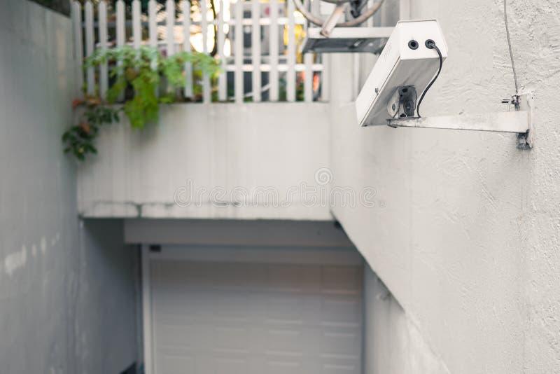 Biała chująca inwigilacji kamera przed garażu wejściem obraz royalty free