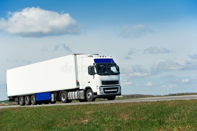 Biała ciężarówka z białą przyczepą nad niebieskim niebem zdjęcia stock