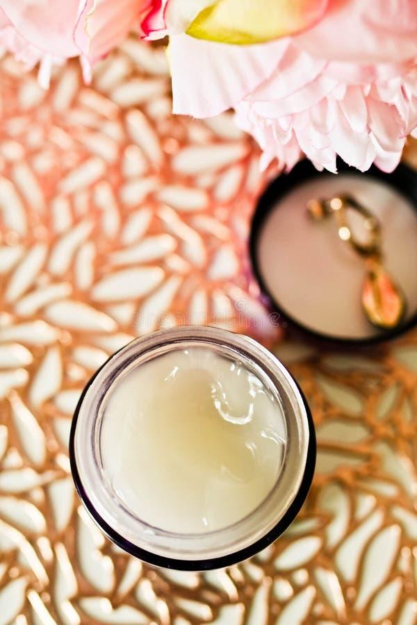 Biała ciało śmietanka w szklanym słoju zamkniętym w górę widoku Piękny pojęcie z kosmetycznym produktem, kwiatami i dekoracjami, obraz stock