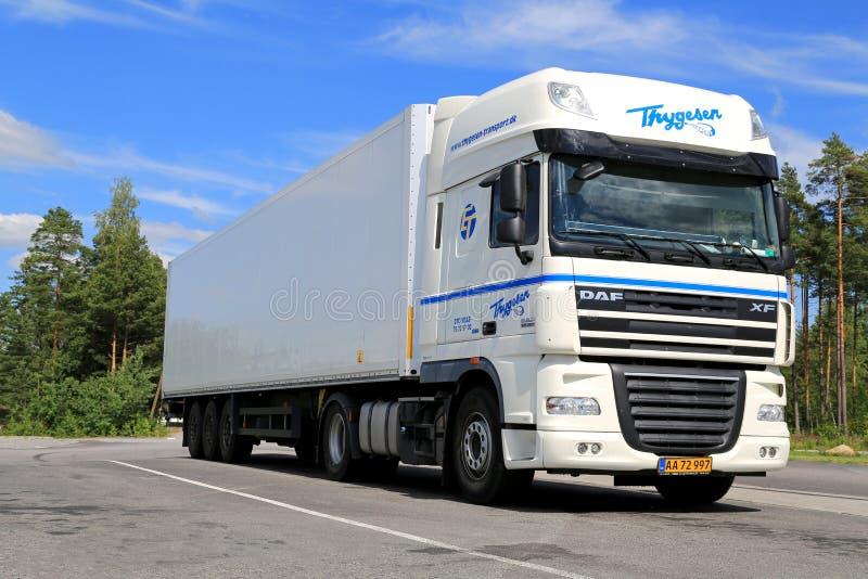 Biała DAF XF 105 ciężarówka Parkująca w lecie Semi obrazy stock