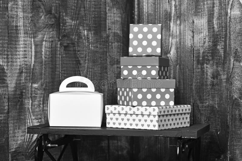 Biała damy torebka i ładny cukierki przedstawiamy pudełka na czarnej tacy na drewnianym tle, kopii przestrzeń obraz royalty free