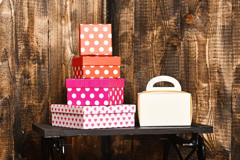 Biała damy torebka i ładny cukierki przedstawiamy pudełka na czarnej tacy na drewnianym tle, kopii przestrzeń obrazy stock