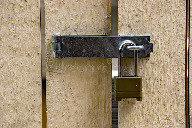 Biała Drewniana brama z zawiasem i kłódką obrazy stock