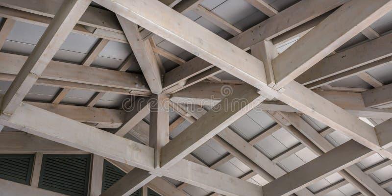 Biała drewniana podsufitowa struktura przeciw białemu dachowi obraz royalty free