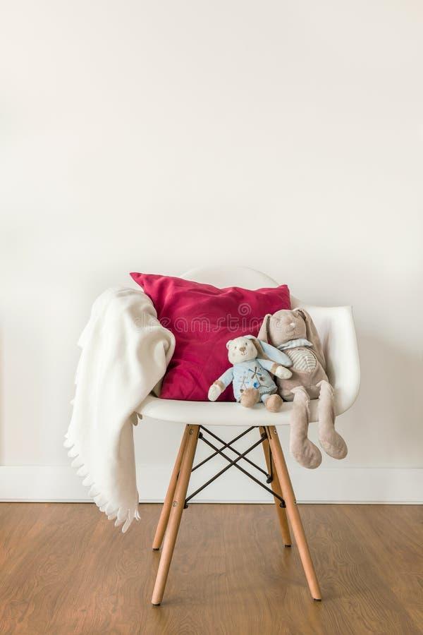 Biała dziecko koc na krześle zdjęcie royalty free