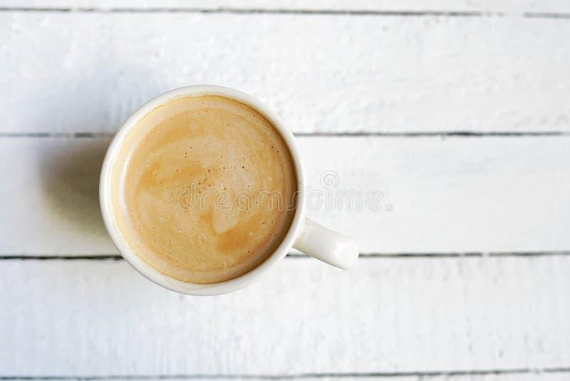 Biała filiżanka coffe, kopii przestrzeń na białym drewnianym tle zdjęcia stock